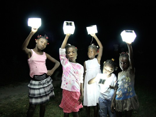 lincoln-martin-solarpuff-solar-light-dubai-uae-camping-light